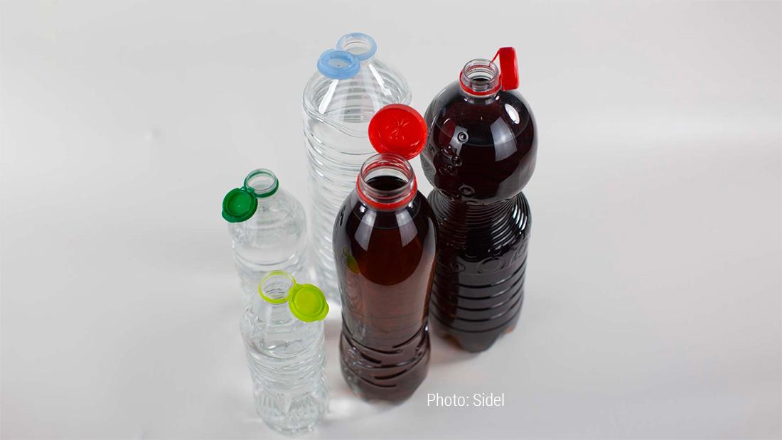 Бутылки с привязанными крышками